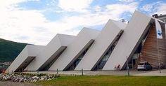 """Museu e aquário Polaria, em Tromsø, na Noruega. A estrutura """"tombada"""" foi baseada nos campos de gelo do Ártico, que circundam a região. #camilakleinarquiteta #polaria #museu #scandinavian #arquitetura"""