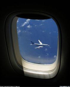 Boeing 747 volando 1000 pies más abajo