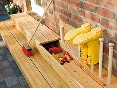 Die Grundidee unserer kleinen Treppenkonstruktion ist es, die beiden Seiteneingänge eines typischen Einfamilienhauses optisch miteinander zu verbinden. So entsteht zwischen den Türen, vor denen man die Dielen als Stufen braucht, ein schmaler und etwa 1,2 m langer Zwischenraum, der sich nutzen lässt. In unserem Fall ist es einmal ein Stauraum für die (schmutzigen) Spielsachen der Kleinen, die besser nicht ins Haus kommen sollten. Die zweite Idee ist ein kleines Kräuter- oder Blumenbeet, was…