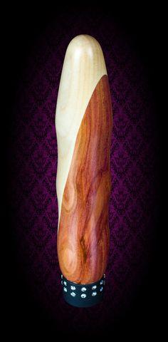 Vibrator: Alfons - Edel und Kampfbereit - Holzfarbe: Ahorn/Zwetschke - Durch seine etwas spitzere Form gleitet er ganz Elegant in sein Ziel. Seine leichten Wellen hinterlassen ein unvergessliches Gefühl.