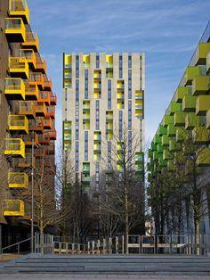 Sunshine House se presenta como una escultura austera de ladrillo perforado, con una intervención explosiva de color brillante e interiores inesperados. El