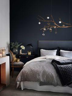 Einfach mal einen Eimer Farbe kaufen und zum neuen Jahr eine Wand umstreichen - genau den Wunsch haben wir, wenn wir die neuen Schlafzimmerteile aus der H&M Home-Kollektion sehen. Wie gemütlich eine dunkelblaue oder schwarze Wand aussehen kann, zeigte sich ja schon bei den Farbtrends 2017 von Dulux. Aber mit der richtigen Beleuchtung und der passenden Bettwäsche von H&M sind wir endgültig überzeugt.
