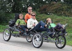 Een gezin op weg met een 4persoons ligfiets van Actief Twente
