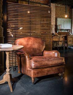 Gentleman's chair, klassevolle lederen lounge eenzit zetel. Momenteel niet gepresenteerd in onze showroom, beschikbaar op bestelling. Prachtige, authentieke lederen zetels...