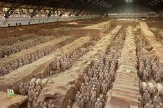 El ejército de terracota La vista panorámica de la fosa número 1 de Xian permite apreciar en toda su magnitud el ejército de terracota de Qin Shihuang Di, el primer emperador de China.
