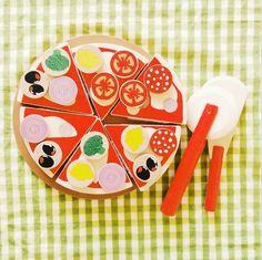 No sé en la vuestra pero en casa los viernes hay una tradición marcada desde hace mucho tiempo: «los viernes toca pizza y peli». Y hay alguien que eso ya lo tiene bien claro y ya ha preparado su parte! #JugarEsEsencial #juegosdeniños #woodentoys
