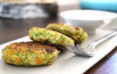 Sehr feine vegetarische Low Carb Burger mit Brokkoli und Karotten. Perfekt bei heißen Temperaturen im Sommer. Mit Joghurt Dip oder kalter Tomatensauce serviert ein echter Genuss.