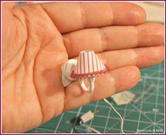 Nifty idea for a wall lamp for dollhouse walls Source: Mini Shabby (Carmen Casa Nova) Dollhouse Tutorials, Diy Dollhouse, Dollhouse Miniatures, Miniature Furniture, Doll Furniture, Dollhouse Furniture, Muñeca Diy, Easy Diy Crafts, Miniature Crafts