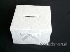 Enveloppendoos Silk is van een zwaar karton gemaakt gedecoreerd met een witte stof om enveloppen met geld van gasten in te doen. De deksel is afneembaar en is voorzien van een gleuf van 14 x 1 cm om kaarten en/of enveloppen in te doen. De deksel is gedecoreerd met een witte satijnen strik.    Afmetingen: 33 x 33 x 20 cm