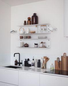 Open kitchen shelves styling inspiration Open kitchen shelves as inspirat. Kitchen Interior, Kitchen Decor, Open Shelf Kitchen, Ikea Kitchen Shelves, Design Kitchen, Kitchen Dining, Dining Room, Etagere Design, Minimal Kitchen