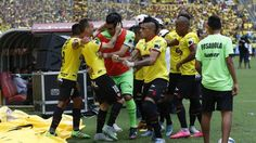 Celebración. Damián Díaz (10) celebra el primer gol del partido junto a Damián Lanza (de verde), quien ayer festejó su cumpleaños número 34. Se unieron a la algarabía el delantero Jonatan Álvez (d) y Richard Calderón (i). (Richard Castro / Expreso)