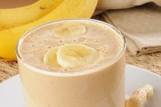 Recipe: Skinny Peanut Butter-Banana Smoothie 1 cup skim milk 1 bananas, peeled + sliced 1 Tbsp reduced-fat peanut butter 1 packet Splenda® (or your favorite sweetener) Banana Drinks, Smoothie Drinks, Healthy Smoothies, Healthy Drinks, Healthy Recipes, Healthy Snacks, Power Smoothie, Workout Smoothie, Diet Recipes
