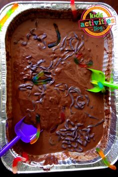 Edible Mud Recipe 3 Cups Flour 1 Cup Cocoa Power 1 Cup Brown Sugar 1 Cup White Sugar 1/4 Cup Hershey Syrup (optional) 3 cups water * Note: These were the proportions we used. This is a very flexible recipe. You can really estimate these ingredients as you are working. If the mixture starts to solidify, just add a touch more water. Mix all ingredients together and stir to create mud.