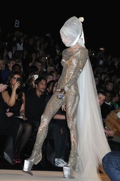 Daphne Guinness in Alexander McQueen Haute Couture Style, Couture Mode, Couture Fashion, Runway Fashion, Weird Fashion, Dope Fashion, High Fashion, Fashion Show, Fashion Design