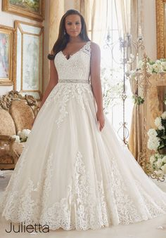 Perfect  Wedding Gowns Dresses Embroidered Lace Appliques on Tulle Ball Gown with Scalloped Hemline