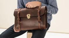 Bleu de Chauffe - Le sac de l'écrivain Scott est fabriqué dans un cuir tanné végétal lisse et structuré de sellerie. Fabriqué en France. En vente sur Deschilder.fr