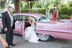 Llegada de la novia a la boda en el coche de boda. #fotosboda #fotografoboda #fotografiasboda fotografomadrid Antique Cars, Photo Studio, Boyfriends, Vintage Cars