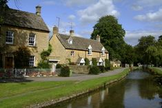 Britain is full of quaint country cottages. Nowhere more so than in the chocolate box perfect Cotswolds. Spring is a lovely time of year for a visit! Visit Bath, Uk Culture, Chocolate Box, British Isles, Britain, Home And Garden, England, Mansions, House Styles