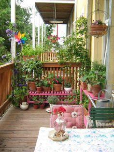 Den Balkon gestalten im Landhausstil-bunte Pflanztische, Karo-Muster, Blumenampeln