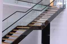 Закончена выдающаяся #лестница в жилом доме в п.Кулига. Цельностеклянные ограждения из закаленного стекла с поручнем из металла. Ступени из массива дуба на мощных стальных тетивах. Общая длина лестницы более 8-ми метров, вес более 1,5 тонн #лестницавдом #дом #свойдом #лестницы #интерьер #строимдом #дизайнлестницы #перила #дизайн #дизайнлестницы