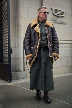 Take some serious style inspiration from the best-dressed men on the streets of New York attending the shows and presentations Best Men's Street Style, New York Street Style, Street Style Trends, New York Fashion, Mens Fashion, Street Fashion, Nick Wooster, Men Wearing Skirts, American Casual