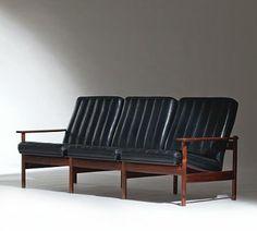 1001 AF, Dokka Møbler. I produksjon fra 1960.  Palisander, stål og sort skinn.  LENGDE 190  SVEN IVAR DYSTHE (F. 1931)