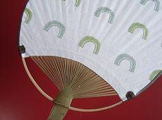 ゴーヤうちわ手ぬぐいにも使用している「さらし」で作ったうちわです布のしなりで涼やかな風をはこびますゴーヤ柄はオリジナルの消しゴムはんこで作成しひとつひとつ布用...|ハンドメイド、手作り、手仕事品の通販・販売・購入ならCreema。