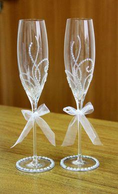 Wedding Toasting Glasses, Wedding Champagne Flutes, Wine Glass Crafts, Bottle Crafts, Diy Yarn Decor, Bride And Groom Glasses, Decorated Wine Glasses, Bottle Art, Glass Bottle