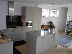 hoogglans witte systemat keuken met rood composiet werkblad portfolio keukens badkamers van. Black Bedroom Furniture Sets. Home Design Ideas