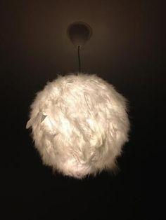 DIY - customiser une boule chinoise avec des plumes pour un effet très cocooning