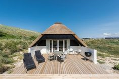 Es liegt in der ersten Dünenrei. Tasteful holiday home with good terraces. It is in the first row of dunes, so you live very close to the North Sea. Dune, Visit Denmark, Tiny House Loft, Camping Holiday, North Sea, Beach Cottages, Lodges, Travel Around The World, Beautiful World