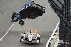 Scott Dixon, Chip Ganassi Racing Honda choca, Helio Castroneves, Team Penske Chevrolet pasa por debajo