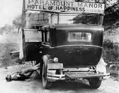 """Gangster Irving Ashkenas lies dead after he was slain by members of Murder, Inc., outside a hotel in upstate New York 1936 - [[MORE]] namraka: """"More info: Brutal slaying business of Murder,. Bonnie Clyde, Bonnie Parker, Real Gangster, Mafia Gangster, Gangster Style, Chicago Outfit, Al Capone, New York Daily News, New York Street"""