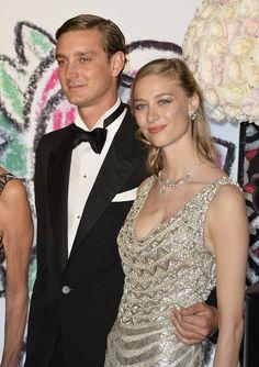 El beso de Pierre y Beatrice y la ausencia de la princesa Charlene en el Baile de la Rosa