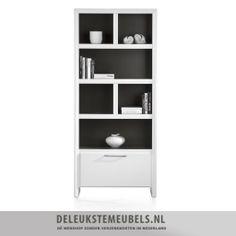 Deze eigentijdse boekenkast van het merk Henders  Hazel uit de Kozani collectie is praktisch en heeft een rechte vormgeving. De boekenkast is gemaakt van MDF en mat gelakt in een witte kleur. De niches aan de binnenkant zijn mat gelakt in een mooie grijs tint waardoor de boekenkast een sjiek uiterlijk krijgt! De kast heeft één lade met een soft closing systeem en een mooie metalen greep. http://www.deleukstemeubels.nl/nl/kozani-boekenkast-88cm/g6/p1039/