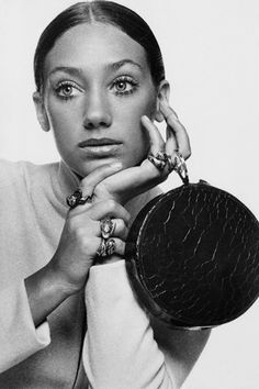 Elsa Schiaparelli's granddaughter and daughter of Countess Gogo Schiaparelli, was devoted to photography; although in the she became one of the best paid models of the time. Marisa Berenson (b. 1960s Fashion, Trendy Fashion, Fashion Models, Fashion Beauty, Vintage Fashion, Fashion Bags, Fashion Accessories, Womens Fashion, Elsa Schiaparelli