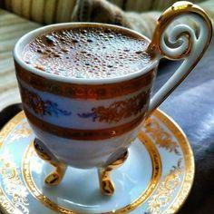 Türk Kahvesi Coffee Vs Tea, Sweet Coffee, I Love Coffee, Turkish Coffee Cups, Turkish Tea, Good Morning Coffee, Coffee Break, Coffee Cups And Saucers, Coffee Tasting