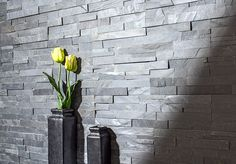 Para darle un estilo natural a un ambiente de tu hogar, un muro de piedra calzaría perfecto. #Sodimac #Homecenter.