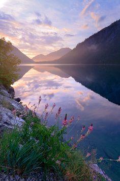 Enjoy the wonderful Lake Plansee in Tirol at sunrise #austria #tirol #plansee #lake #sunrise #mountains