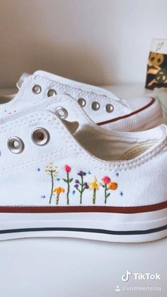Diy Embroidery Shoes, Embroidery Sneakers, Embroidery On Clothes, Embroidered Clothes, Hand Embroidery Designs, Vintage Embroidery, Floral Converse, Converse Style, Boho Shoes