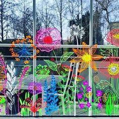 Painted Window Art, Window Markers, Glowing Flowers, Window Mural, Store Window Displays, Chalk Markers, Christmas Illustration, Preschool Art, Chalkboard Art