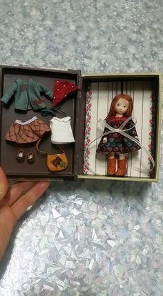 Really beautiful work. Doll Set by Sun Joo Dee Doll House Crafts, Doll Crafts, Dollhouse Dolls, Miniature Dolls, Felt Dolls, Doll Toys, Doll Wardrobe, Fabric Toys, Toy Craft