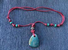 Collar ajustable de hilo de cola de rata, cuentas de rocalla y metal y piedra semipreciosa. www.singularts.es