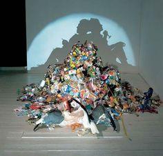 True Love Among the Mundane Rubbish by Kumi Yamashita and Tim Noble + Sue Webster Trashy Shadow Art Kumi Yamashita, Instalation Art, Trash Art, Shadow Art, Shadow Play, Shadow Painting, Wow Art, Art Design, Art Plastique