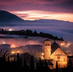This is the Assisi Cathedral of San Rufino at dawn in Umbrie, Italie (Umbria, Italy) | www.regioneumbria.eu