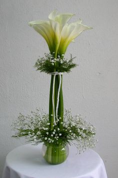 - absolutely love the simplicity of this centerpiece...