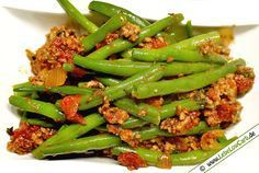 Ein einfaches und schnell zubereitetes kohlenhydratarmes Gericht. Grüne Bohnen in einer Tomaten-Hackfleisch-Sauce mit Chili, Knoblauch, Bohnenkraut ... #lowcarb