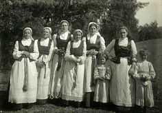 Group of women and girls in festive dresses. Lithuanians, Dainavas. Early 20th century. RME photo archive