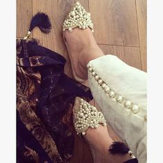 These gorgeous pointy flats adorned with lace and pearls are so perfect for Via - These shoes though Photo credit: Pakistani Couture, Pakistani Outfits, Indian Couture, Indian Outfits, Fashion Pants, Fashion Outfits, Womens Fashion, Chicas Dpz, Pointy Flats
