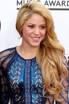 Shakira Wavy Honey Blonde Faux Sidecut, Side Part Hairstyle Shakira Hair, Side Part Hairstyles, Insta Makeup, Makeup Junkie, Her Style, Beautiful Women, Sexy, Color, Beauty